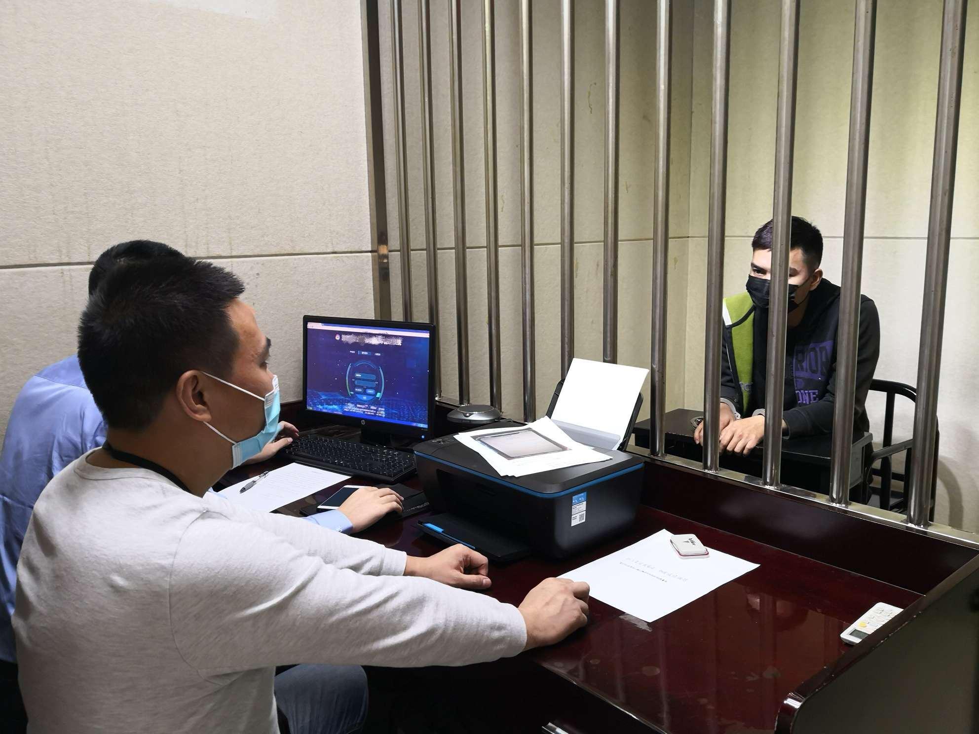 """深圳一男子报假警称有人""""招嫖"""",原因竟是女友不让进门,想让警察帮忙开门"""