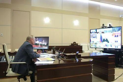 普京与俄当局成员举行视频集会