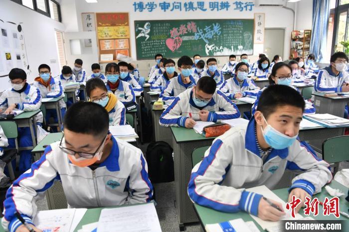 直击四川学生开学首日:红外线测温入校 食堂单向间隔就餐