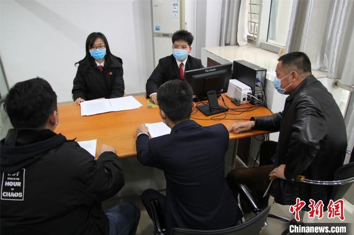 图为柳北法院法官调解申请人和被执行人。 韦林汕 摄