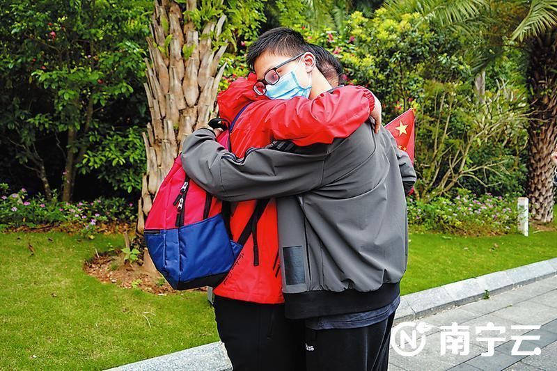 终于等到这个拥抱!首批返桂援鄂医疗队员解除隔离