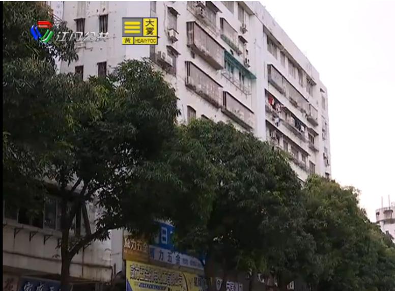绿化芒果树枝叶茂盛 遮挡住宅楼光线