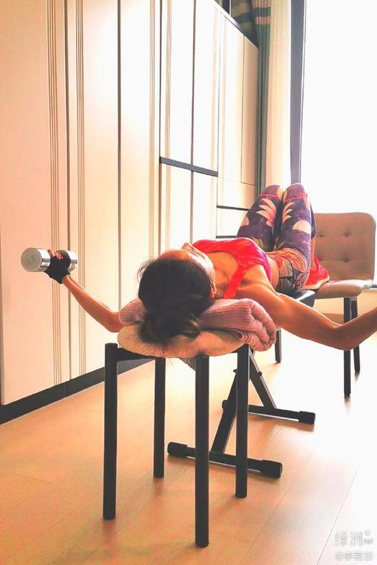 李若彤分享居家健身照 花式举铁手臂线条优越