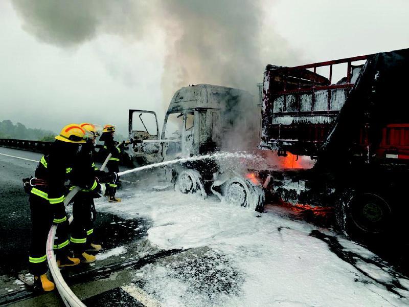 挂车高速路上突然起火 浏阳消防15分钟扑灭