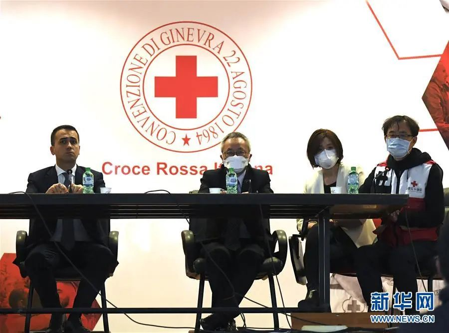 ▲3月13日,在意大利首都罗马,意大利外长迪马约(左一)与中国抗疫医疗专家组成员(右一)出席新闻发布会。新华社发(阿尔贝托·林格利亚 摄)