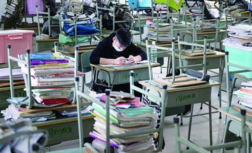 4月1日,四川省阆中市阆中中学老城校区,一名高三学生在教室学习。当日, 四川省高三年级学生开学复课。 新华社