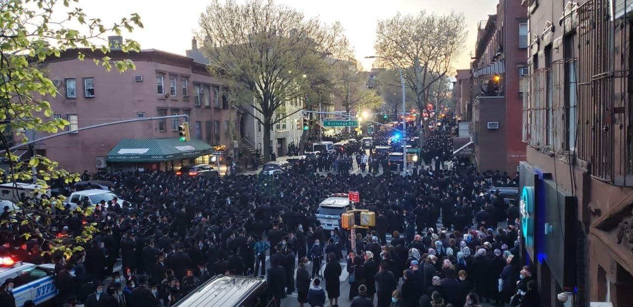 28日参加葬礼的人群,十分密集 推特图