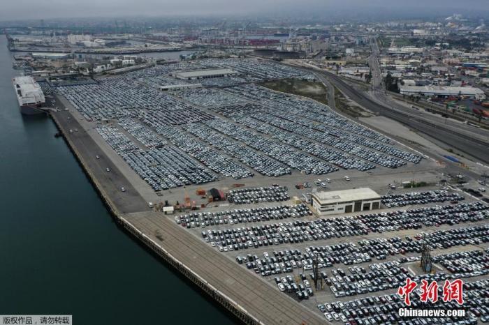 资料图:当地时间4月29日,航拍美国加州洛杉矶港,受到新冠肺炎疫情的影响,大量新产汽车整齐排列滞留码头。