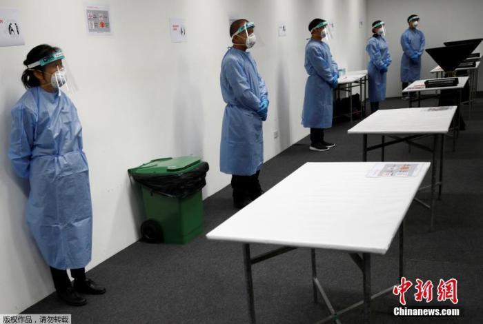"""当地时间4月24日,新加坡樟宜展览中心改造成""""方舱医院"""",这里将接收新冠肺炎轻微症状患者。"""