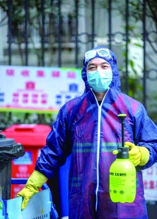 环卫清扫员龚华堂:负责6个社区的废弃口罩收集