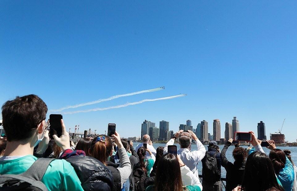 OJPAC贴出的纽约人观看飞行队表演的图片 推特图