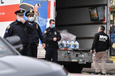 ▲《纽约邮报》:纽约一家殡仪馆外一辆卡车中发现数十具尸体。图源:《纽约邮报》