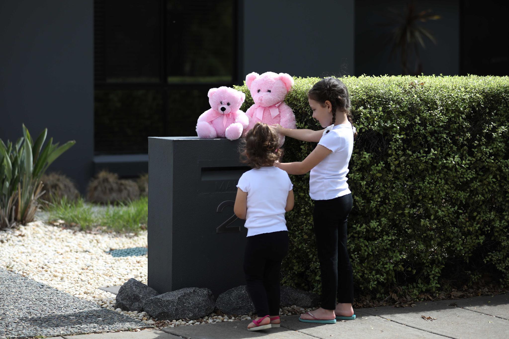 """疫情中带给孩子们的惊喜——澳大利亚疫区街头的""""偶遇小熊"""""""