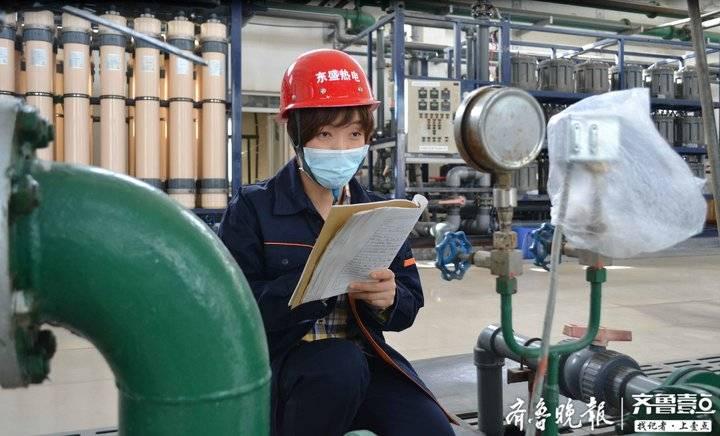 热企工作人员检查供暖设施。资料片