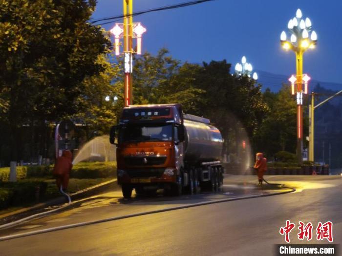 昆明一载有32吨有毒化学品槽罐车泄漏 事故区已警戒图片
