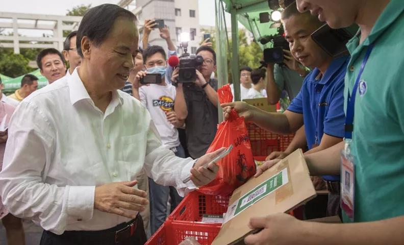 海南省委书记带头,20位省领导逛集市买东西