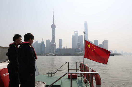 上海黄浦江上降半旗志哀