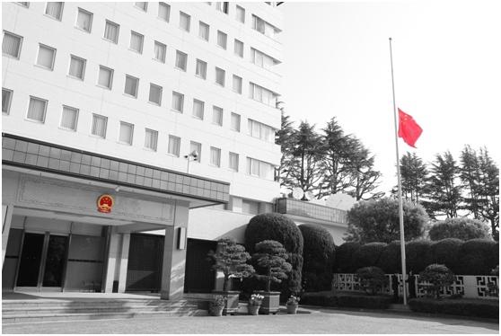 中国驻外使领馆降半旗,深切悼念抗疫烈士和逝世同胞图片