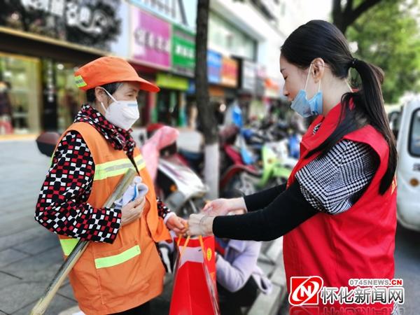 点赞!志愿者向公交司机、环卫工人赠送爱心糖果