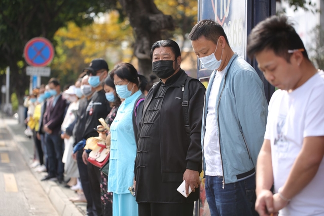 西昌森林火灾牺牲人员追悼仪式前市民默哀