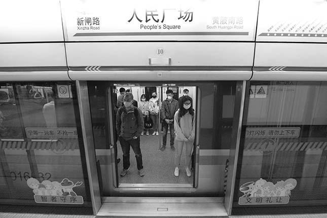 人民广场地铁站台内列车停站全体乘客自觉默哀
