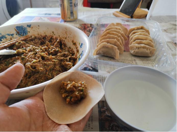 中国留学生在做饭。(作者供图)