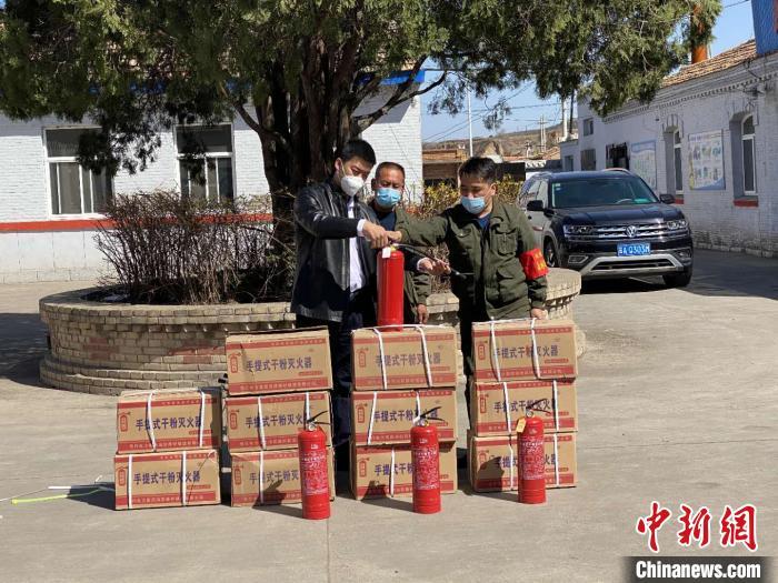 """昔阳县""""90后""""退役军人杨鹏忠现场教学消防器材使用方法、火场逃生自救等知识。 张鹏 摄"""