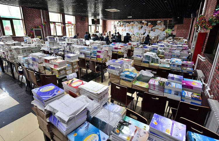 16万套教材将陆续寄达家中 北京邮政公司入校打包课本图片