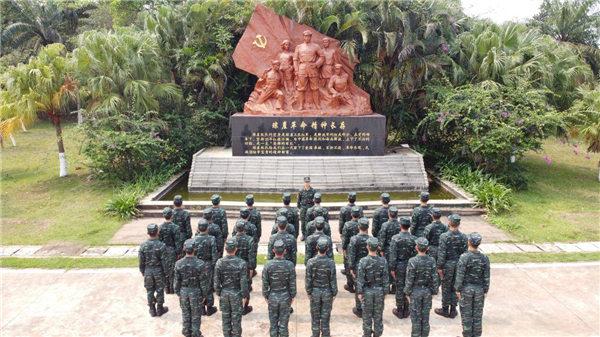 海南武警部队清明节哀悼疫情牺牲烈士