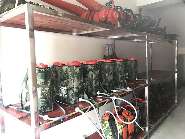 扑火队客岁底建立后,配备了一批灭火装备。 汹涌消息记者 何利权 图