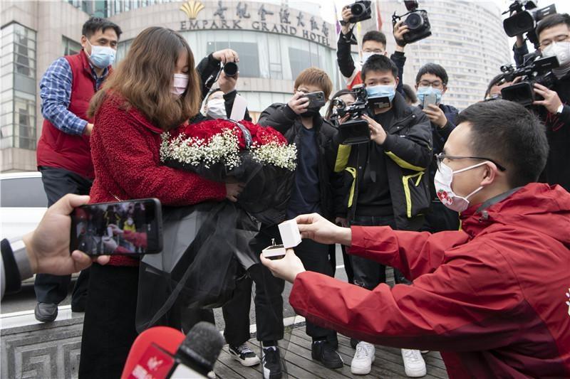 解除隔离这一天,湖南援黄冈医疗队队员向女友求婚