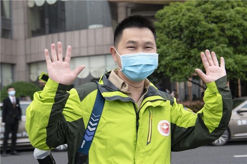 援黄冈医疗队16名医护人员解除隔离:回家的感觉真好,最想回去和奶奶拍个合影