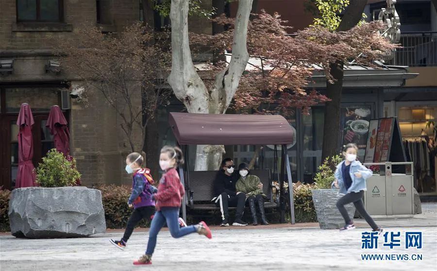 ▲4月1日,在武汉天地广场,人们在享受春光。随着疫情防控形势好转,遛狗、锻炼身体、吃热干面、到江边散步……这些武汉人的生活日常正在逐渐恢复,人们熟悉的生活已经在回来的路上。新华社记者 费茂华 摄