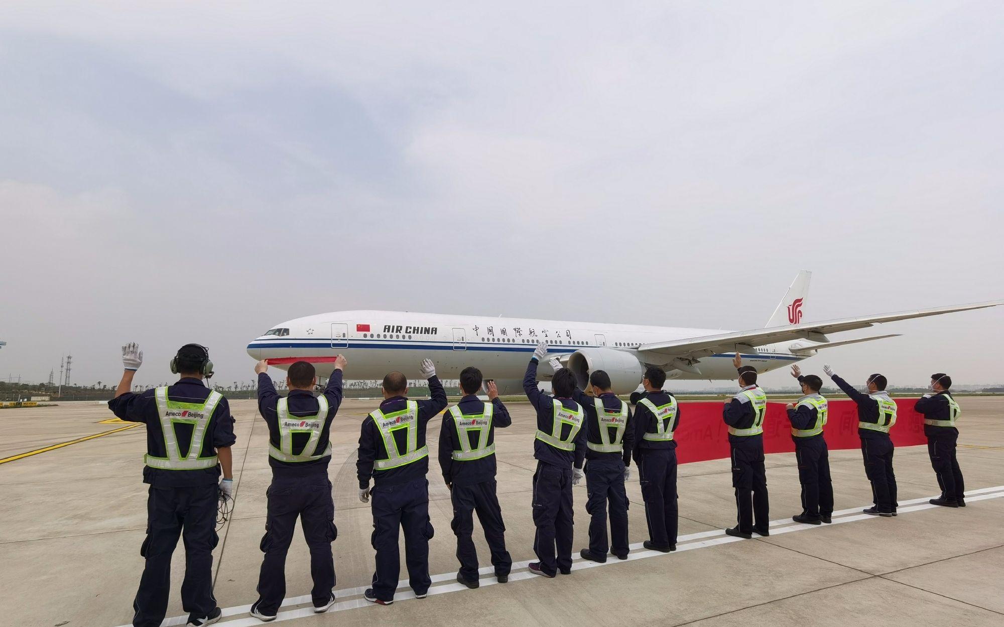 国家援鄂医疗队包机从武汉飞往北京。图片来自国航微博