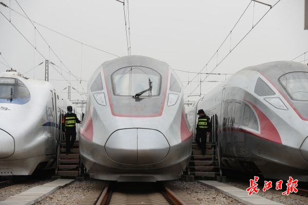 武汉高铁动车离汉通道凌晨打开,酒精、洗手凝胶等不能携带图片