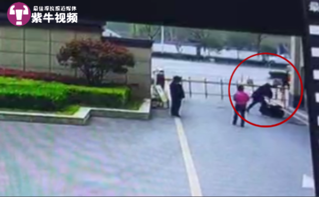 【紫牛头条】因扫健康码发生纠纷,小区保安遭业主追砍致重伤
