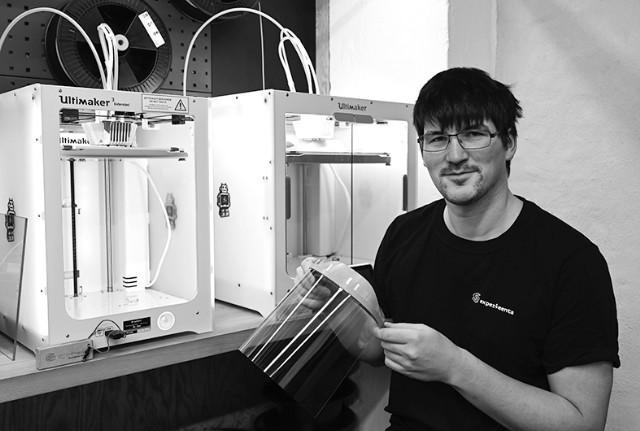 德国工人用3D打印机生产医用防护面罩