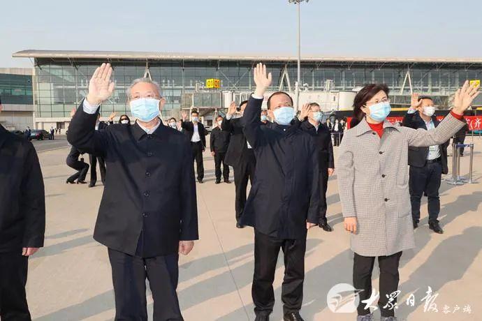 山东援鄂医疗队分7批返回,省委书记刘家义6次接机图片