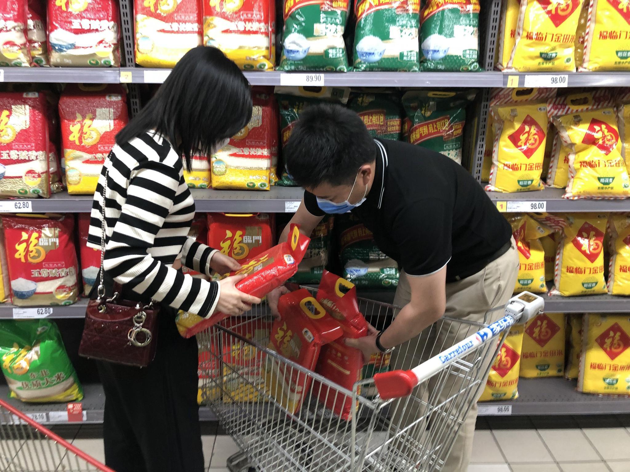 向阳区广渠路家乐福超市,主顾在选购粮食。新京报记者 吴宁 摄
