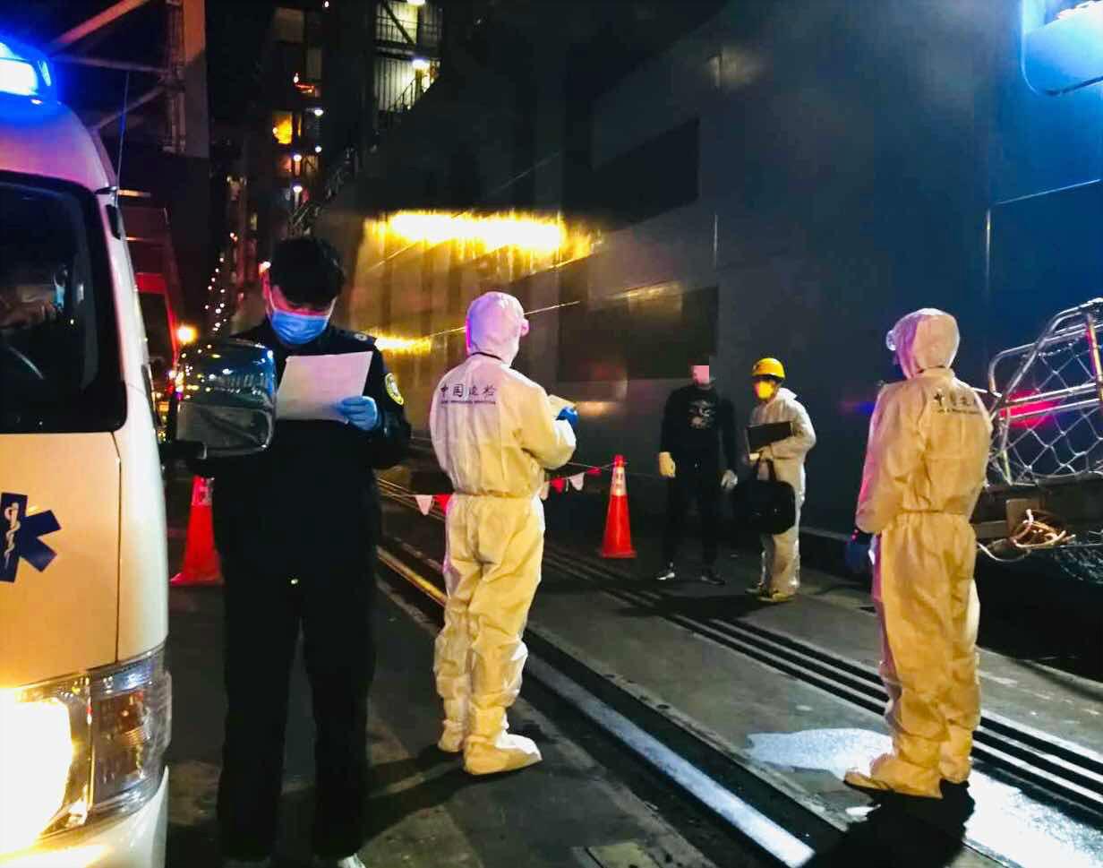 洋山边检站为船员解决临时入境手续,准其经关闭转运就医。
