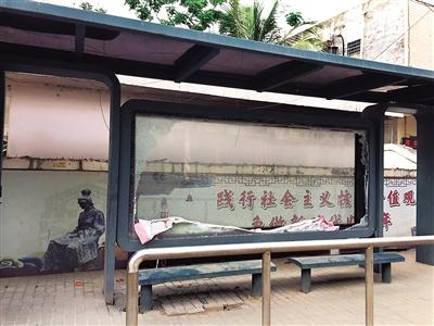 公交站橱窗破损月余无人维修存隐患