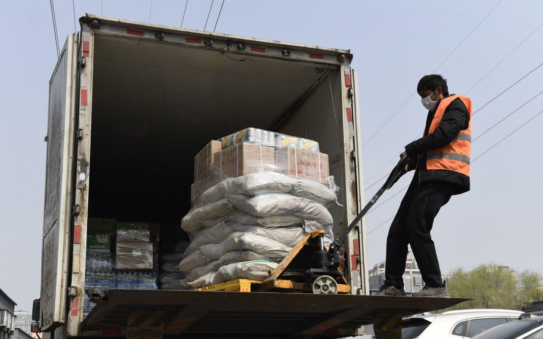 海淀区某超市外员工在卸货。新京报记者 吴宁 摄