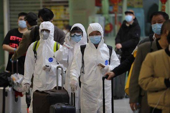 4月8日凌晨,武昌站发出武汉解封当天的首列列车,旅客全副武装进站上车。南都特派记者 张志韬 摄