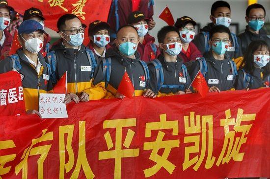 武汉解封当天,又一批驰援湖北的广东医疗队队员返粤。南都特派记者 谭庆驹 摄