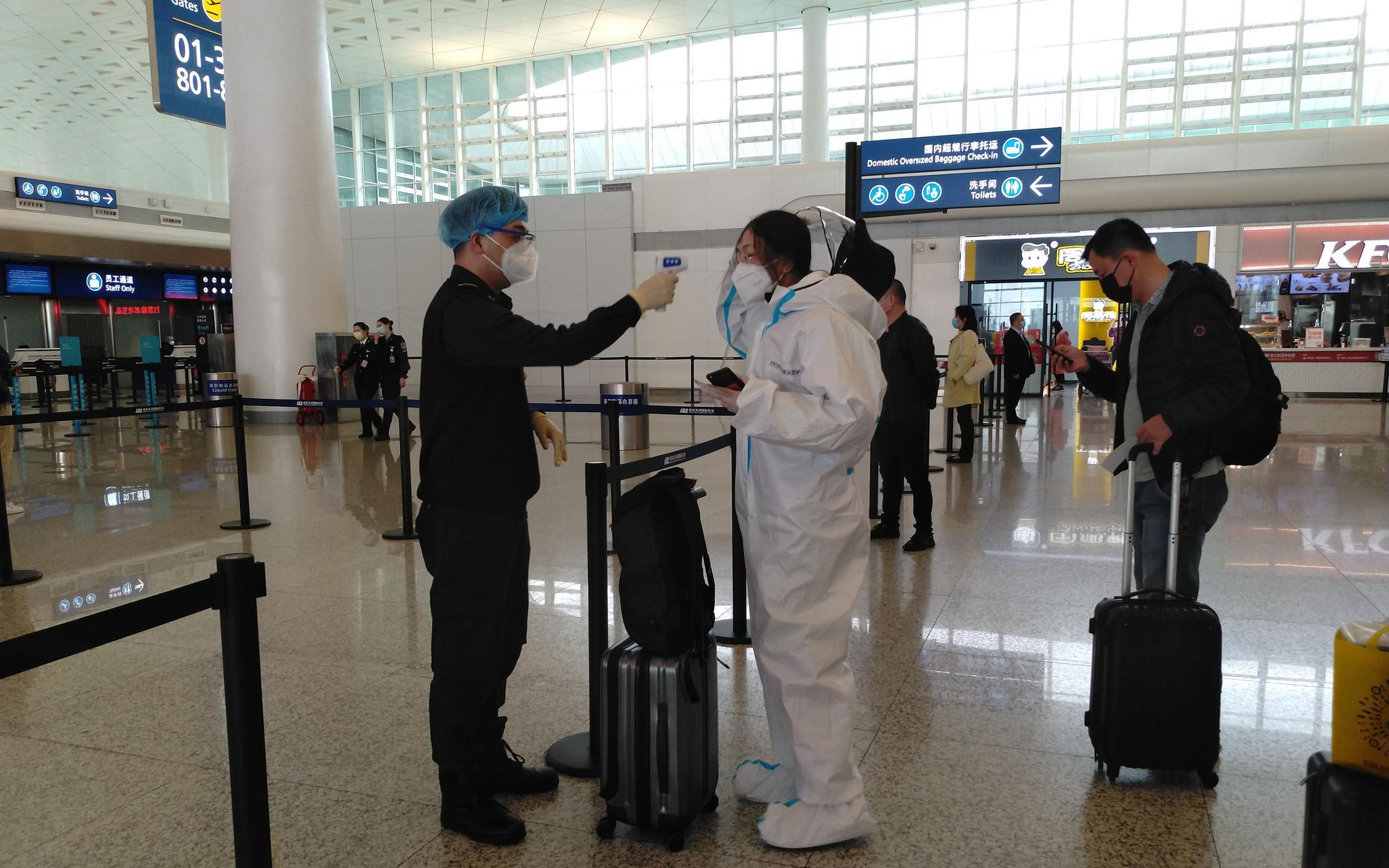 武汉天河机场复航:乘客需扫码入内,现场有医护人员值守图片