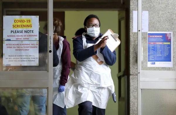▲当地时间4月6日,在南非开普敦的一家医院,医务人员在新冠病毒检测中心工作。(新华社/美联)