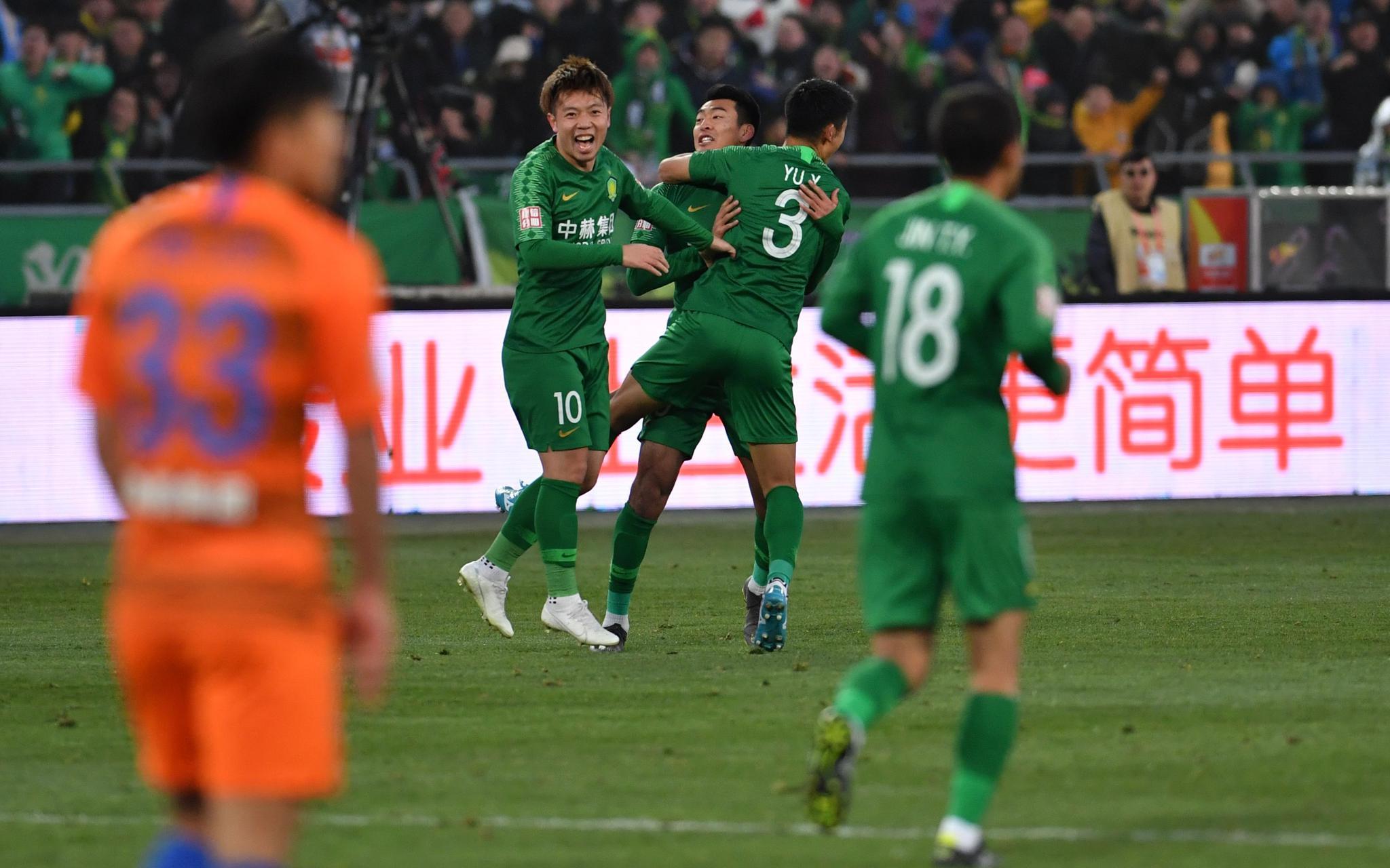 当下集训中的球员处于事情状况。新京报记者吴江 摄