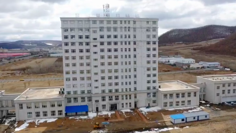 探访绥芬河方舱医院:百名工人正加紧对内部进行设施改造图片