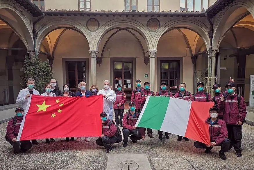 中国赴意医疗专家组与意方代表。/受访者供图