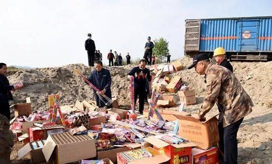 四川阆中集中销毁1500件劣质烟花爆竹 价值10余万元